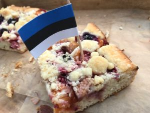 berry delight cake with Estonian flag